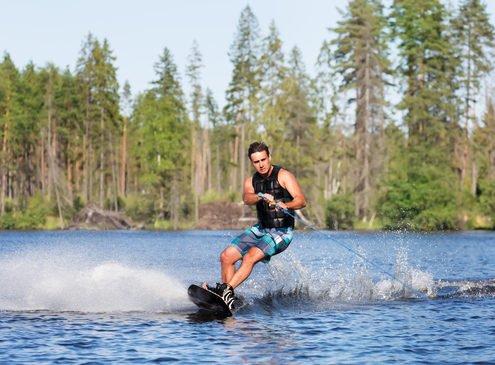 junger mann auf dem wakeboard