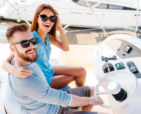 Pärchen auf einem Motorboot