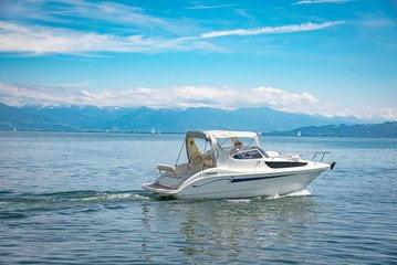Schönes Motorboot
